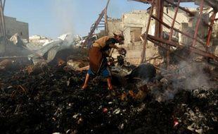 Un Yémenite inspecte les décombres après une frappe aérienne de la coalition militaire arabe conduite par l'Arabie saoudite à Sanaa, le 14 février 2016