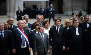 (1er rang) Le vice-président de l'Association des maires de France (AMF) André Laignel (3e d) et le président de l'AMF François Baroin (2e d), le 27 mai 2015 à Paris