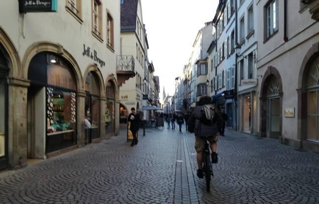 Un vélo à faible allure dans la Grand'rue en plein centre de Strasbourg.