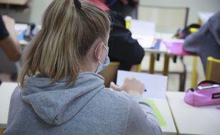 Une élève masquée dans une école.