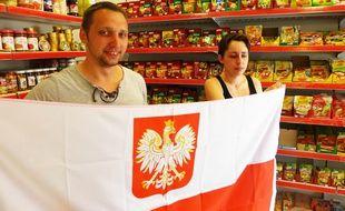 Raphaël et ses clients soutiennent la Pologne, qui jouera l'Euro à Nice.