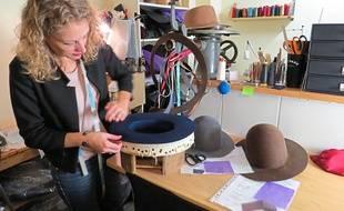 L'artisane peut confectionner des casquettes de rappeur jusqu'aux chapeaux d'une compagnie aérienne.