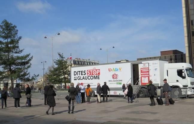 Le bus du glaucome, qui fait une tournée en France propose un dépistage rapide et gratuit pour mieux connaître cette maladie.