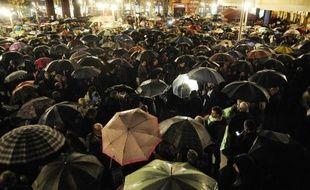 """Aux cris de """"banquiers assassins"""", des centaines de personnes ont manifesté vendredi à Madrid après le suicide d'une femme au Pays Basque qui devait être expulsée, le deuxième en 15 jours en Espagne, tandis que le gouvernement a annoncé envisager un moratoire sur les expulsions."""