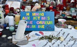 Des mots et des bougies sur la Promenade des Anglais à Nice, en hommage aux victimes de l'attentat du 14 juillet 2016.