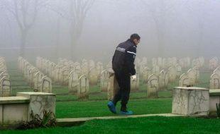 Au cimetière Notre-Dame de Lorette, où plus de 500 tombes ont été profanées dans la nuit du 7 au 8 décembre 2008