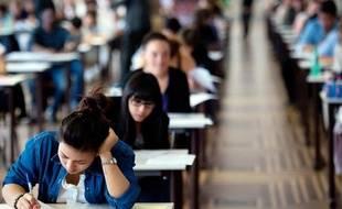 Des élèves de terminale commencent l'épreuve de philosophie du baccalauréat 2011, le 16 juin 2011 au lycée Camille-Sée à Paris.