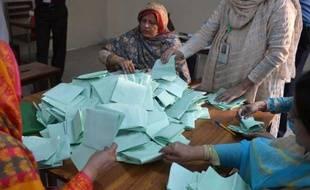 """Le vote pour les élections législatives pakistanaises s'est achevé samedi en début de soirée, a annoncé la commission électorale, qui a fait état d'une """"forte"""" participation lors de ce scrutin historique pour la consolidation démocratique dans ce pays."""