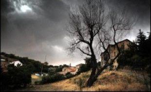 Les très fortes chaleurs ont persisté mercredi sur une grande partie du pays tandis que des orages ont éclaté, de l'Aquitaine à la Normandie, dans la nuit de mercredi à jeudi.