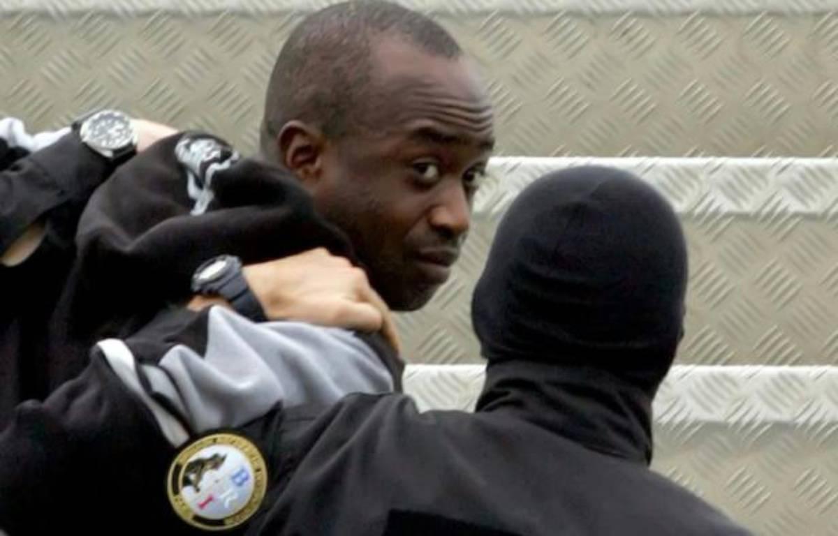 """Youssouf Fofana, leader du """"gang des barbares""""  escorté lors de son arrestation, le 4 mars 2005 à Abidjan – ISSOUF SANOGO AFP"""