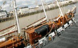 Le voilier est amarré près des Nefs.