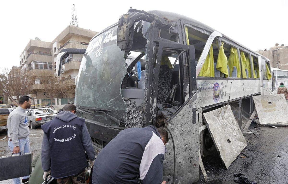 Un bus touché par l'une des deux attaques qui ont eu lieu dans la vieille ville de Damas (Syrie), ce samedi. Au moins 46 personnes sont décédées, en majorité des pèlerins chiites irakiens. – Louai Beshara / AFP