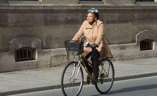 Christiane Taubira à vélo dans Paris, le 23 mars 2014