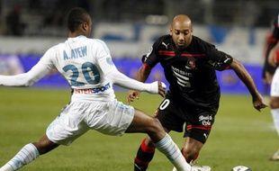 Le footballeur marseillais André Ayew (en blanc) tente d'arrêter le Rennais Stéphane Dalmat, lors d'un match de L1, le 1er décembre 2010 à Marseille.