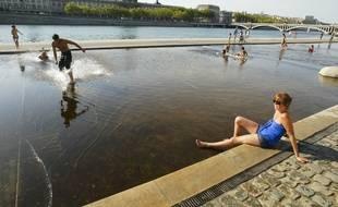 Des jeunes jouent dans les bassins des berges du Rhône dans le centre de Lyon, le 21 aout 2011. CYRIL VILLEMAIN/20 MINUTES