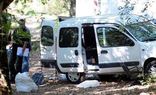 La police inspecte les bois entre Boisset et Ferrals, deux villes de la côté basque, où ont été trouvées des caches de l'ETA.