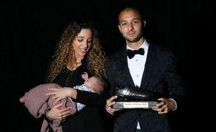 Sofiane Hanni (avec sa femme et son enfan) a reçu début mai le prix du meilleur joueur africain évoluant en Belgique.