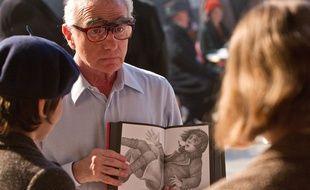 Martin Scorsese montre un dessin de Brian Selznik sur le tournage d'Hugo Cabret