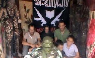 Image extraite d'une vidéo postée sur YouTube le 25 février 2013, montrant les sept otages français -quatre adultes et trois enfants- enlevés la semaine dernière au Cameroun.