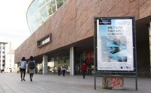 Des panneaux publicitaires numériques devraient être installés non loin des Champs Libres, sur l'esplanade de Gaulle, à Rennes.