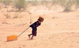 Une réfugiée malienne tire un bidon d'eau dans le camp de réfugiés de Mbere, le 3 mai 2012 au sud de la Mauritanie