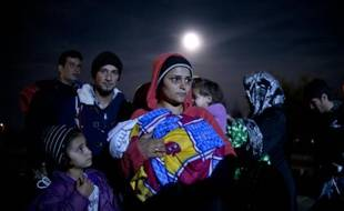Des migrants et réfugiés attendent d'être enregistrés dans un camp proche de Guevgueliya, en Macédoine, le 26 octobre 2015