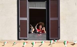 Flash-mob à la fenêtre pour fêter le déconfinement, à Rome le 3 mai 2020.