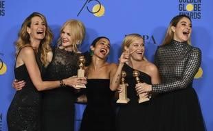 Laura Dern, à gauche, Nicole Kidman, Zoe Kravitz, Reese Witherspoon et Shailene Woodley posent avec le prix de la meilleure mini-série télévisée obtenue pour
