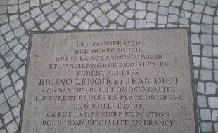 Plaque posée à Paris (2e arrondissement), devant le 67 rue Montorgueil, en souvenir de l'exécution de Jean Diot et Bruno Lenoir, brûlés le 6 juillet 1750 du fait de leur homosexualité.