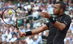France's Jo-Wilfried Tsonga returns the ball to Japan's Kei Nishikori during the men's quarter-finals of the Roland Garros 2015 French Tennis Open in Paris on June 2, 2015.  AFP PHOTO / PASCAL GUYOT