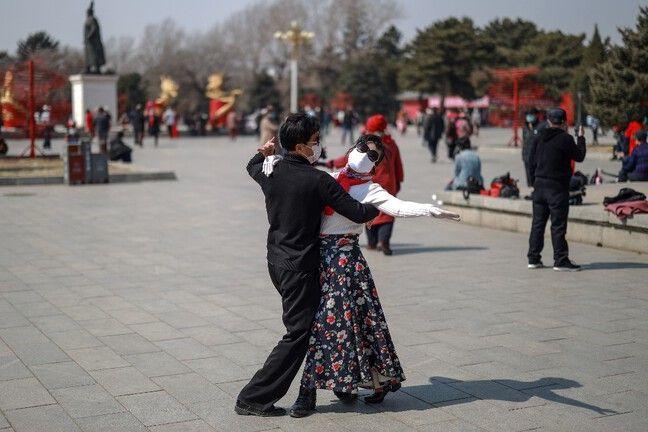 Un couple en train de danser (Chine).
