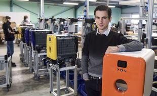Damin Py, co-créateur de bob le lave-vaisselle dans l'usine de Cugand en Vendée.