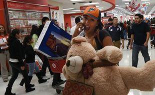 Des consommateurs quittent le magasin Target après leurs achats de Thanksgiving le 26 novembre 2015, à Los Angeles