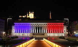 Le 16 novembre 2015, Lyon. La ville a mis le Palais de justice aux couleurs de la France en hommage aux victimes des attentats de Paris. (archives)