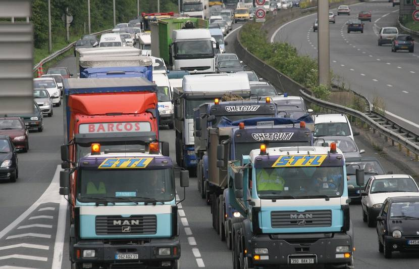 Pourquoi les transporteurs routiers vont-ils bloquer quinze sites en France ce samedi ?