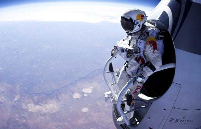 L'Autrichien Felix Baumgartner s'apprête à sauter depuis une altitude de 21.800 mètres, le 15 mars 2012.