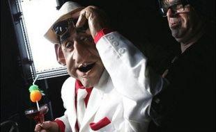 """""""Big up les Français !"""" Nicolas Sarkozy, façon nouveau riche fêtard, interpelle les passants sur la Croisette: les Guignols font leur show à Cannes, où Canal+ impose sa domination dans la couverture télévisée du Festival."""
