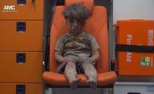 Omrane, 5 ans, sorti des décombres de son immeuble à Alep.