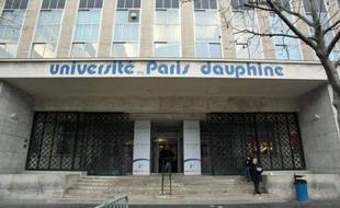 """Un étudiant de première année à l'université Paris-Dauphine a porté plainte après un bizutage au cours duquel des """"lettres de sang"""" lui ont été inscrites dans le dos, un geste jugé """"abject"""" par le président de l'université qui va se constituer partie civile."""