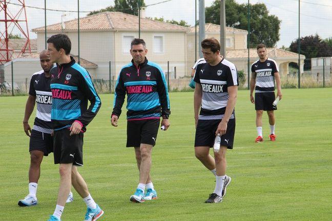 Cédric Carrasso (à d.) en conversation avec son nouveau coach, Jocelyn Gourvennec (au c.) lors du premier entraînement des Girondins avant la saison, le 29 juin 2016 au Haillan.
