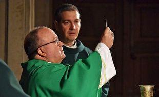 Les deux émissaires du pape, l'archevêque de Malte Charles Scicluna et le prêtre espagnol Jordi Bertomeu, envoyés par le pape François, célèbrent une messe à Osorno.