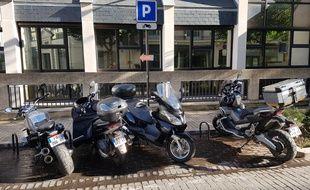 Il reste quelques places libres pour les deux-roues, rue Lejemptel à Vincennes