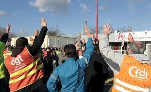 Le raffineur suisse Petroplus, en graves difficultés financières, a annoncé vendredi la mise en vente de sa raffinerie de Petit-Couronne (nord-ouest de la France), à l'arrêt depuis le début janvier, faute de disposer des liquidités nécessaires à son fonctionnement.