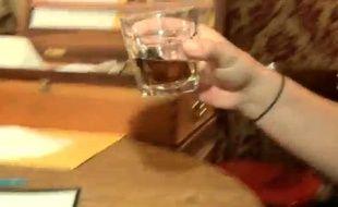 Capture d'écran d'une vidéo montrant le «Sourtoe Cocktail», tradition du Yukon au Canada.