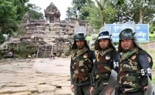 Le Cambodge et la Thaïlande ont encore renforcé leur présence militaire samedi au cinquième jour d'un face à face tendu à la frontière, en raison d'un conflit territorial autour de l'ancien temple hindou de Preah Vihear, ont indiqué des responsables.