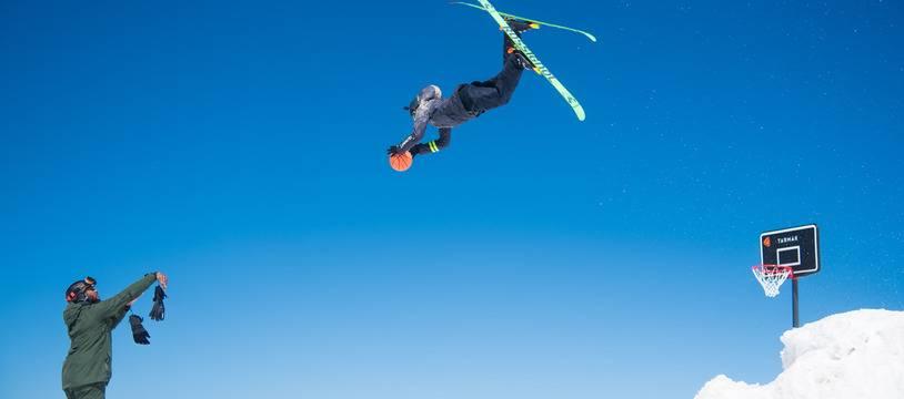 Hugo Laugier récupère en haute altitude une passe de alley-oop de Boris Diaw.