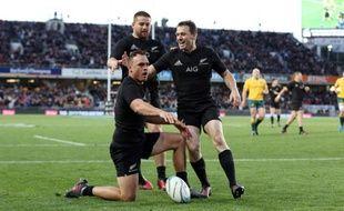 Israel Dagg (M) célèbre son essai avec Dane Coles et Beauden Barrett (D) lors d'un test-matchcontre l'Australie à l'Eden Park à Auckland le 22 octobre 2016.
