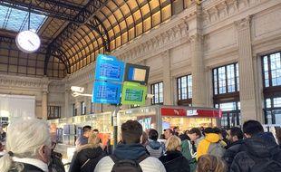 Voyageurs en attente dans le hall de la gare Saint-Jean à Bordeaux.