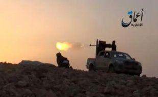 Image tirée d'une vidéo diffusée le 10 octobre 2014 par Aamaq News Agency sur YouTube montrant des combattants du groupe Etat Islamique faisant feu depuis un pick-up sur les environs de Kobané, en Syrie
