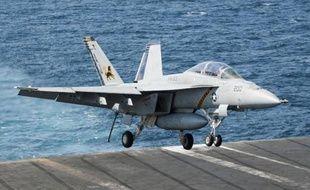 Atterrissage d'un Super Hornet de retour le 23 septembre 2014 de frappes en Syrie sur le porte-avion américain George H.W. Bush